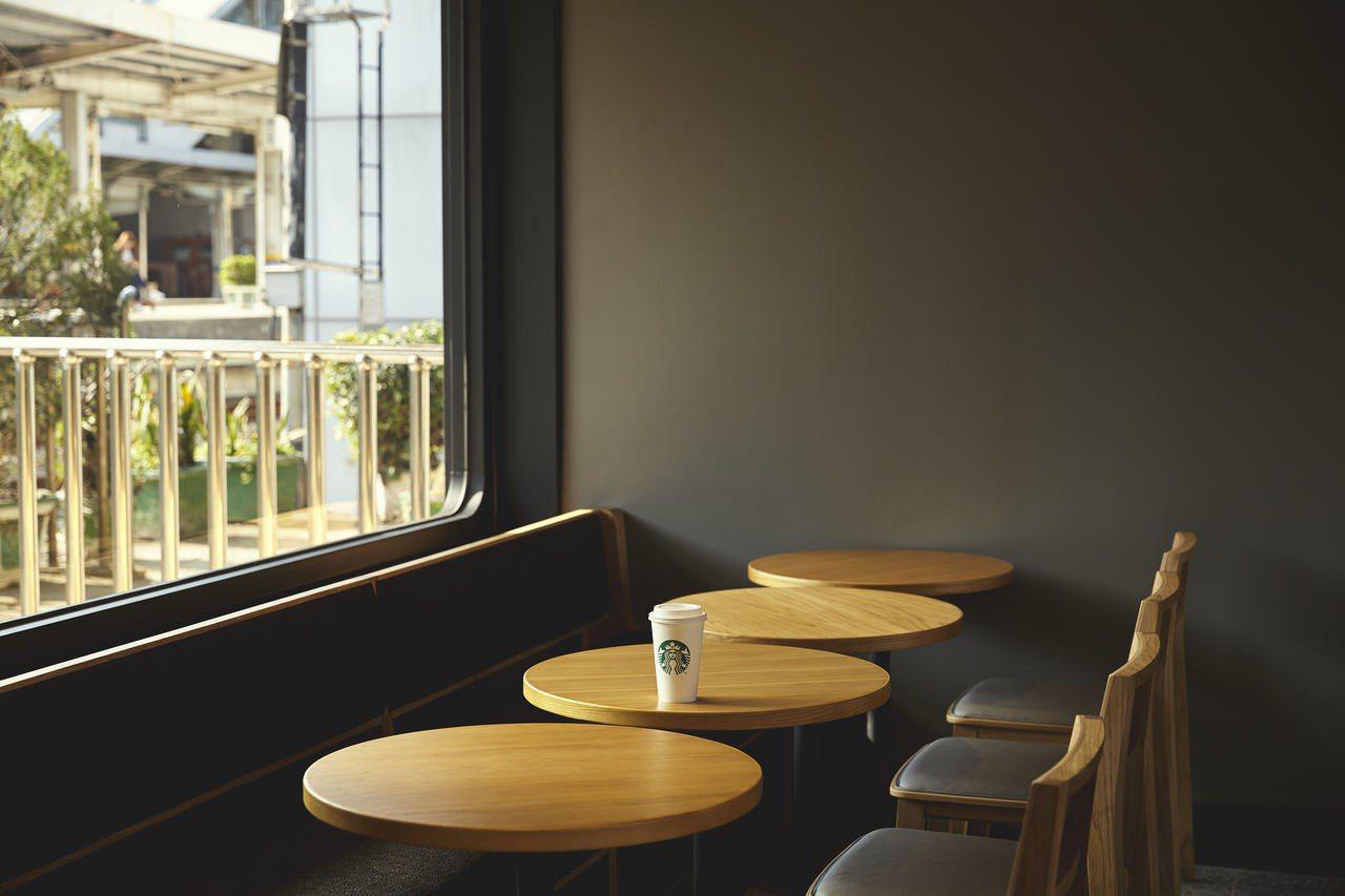 可在門市內坐著喝咖啡,欣賞月台上的列車進站。圖片提供/星巴克
