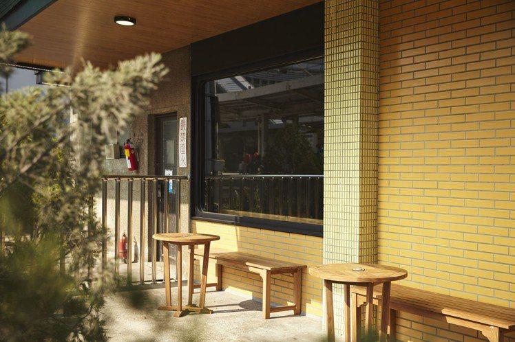 門市外戶外座位區與月台緊密相連。圖片提供/星巴克
