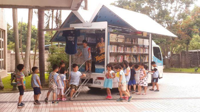 桃園市立圖書館添購5輛「行動圖書車」提供民眾閱讀、借還書、辦圖書證等服務,去年統...