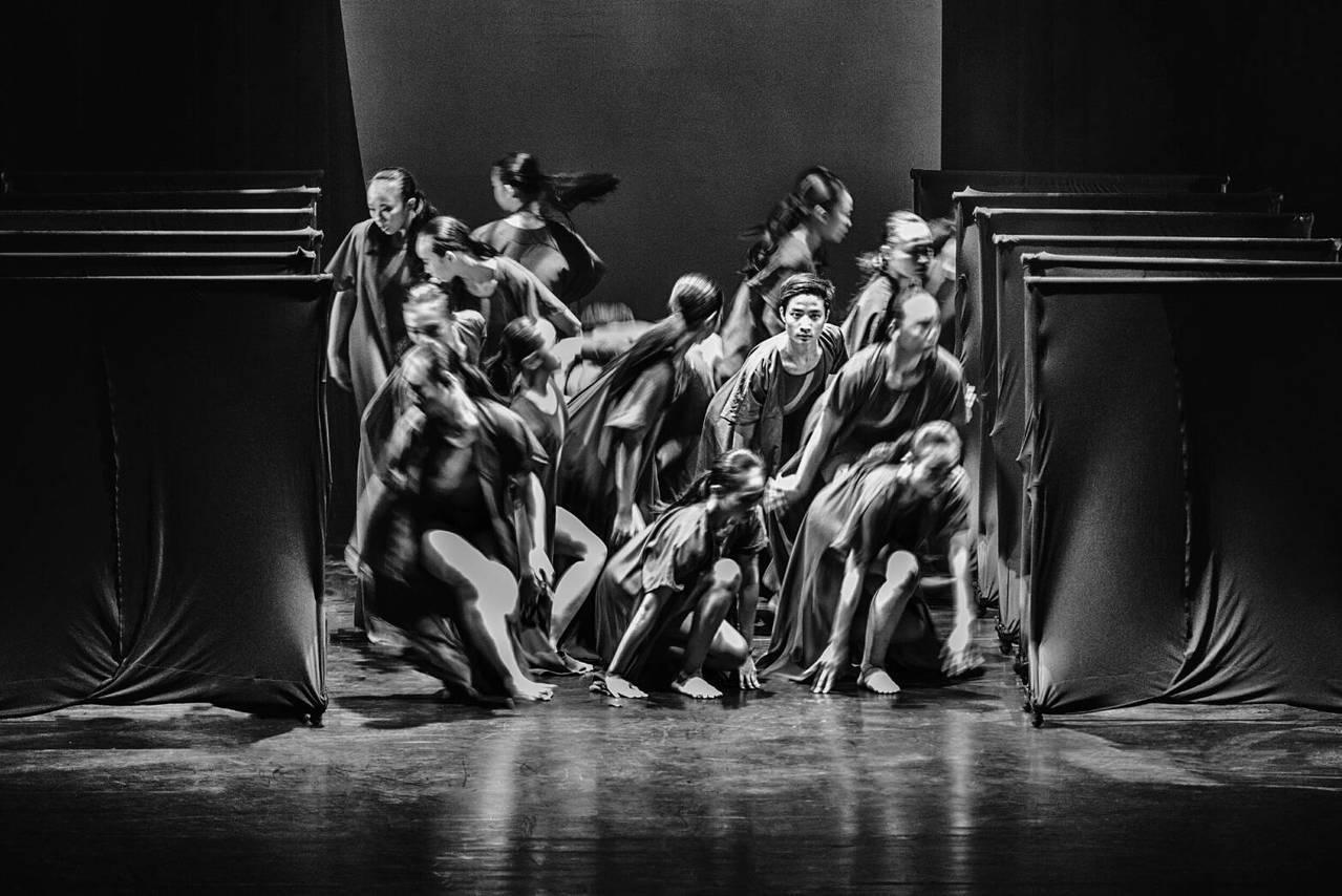 文華高中舞蹈老師傅家玫帶領高二舞蹈班以《Switch》舞曲,奪現代舞特優第一名,...