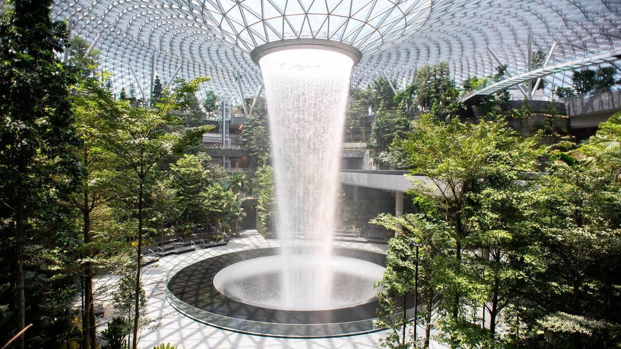 高40公尺、位於設施中心的「雨漩渦」。圖/摘自Jewel Changi Airp...
