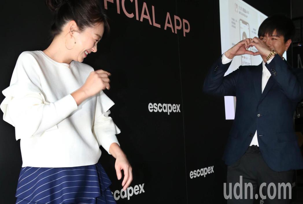 六月(左)、李易(右)夫妻出席專屬APP 窺探藝人私生活社群平台記者會,兩人鬥嘴...