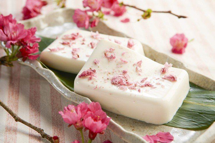 添加有櫻花花瓣的牛奶凍湯底。圖/黑毛屋提供