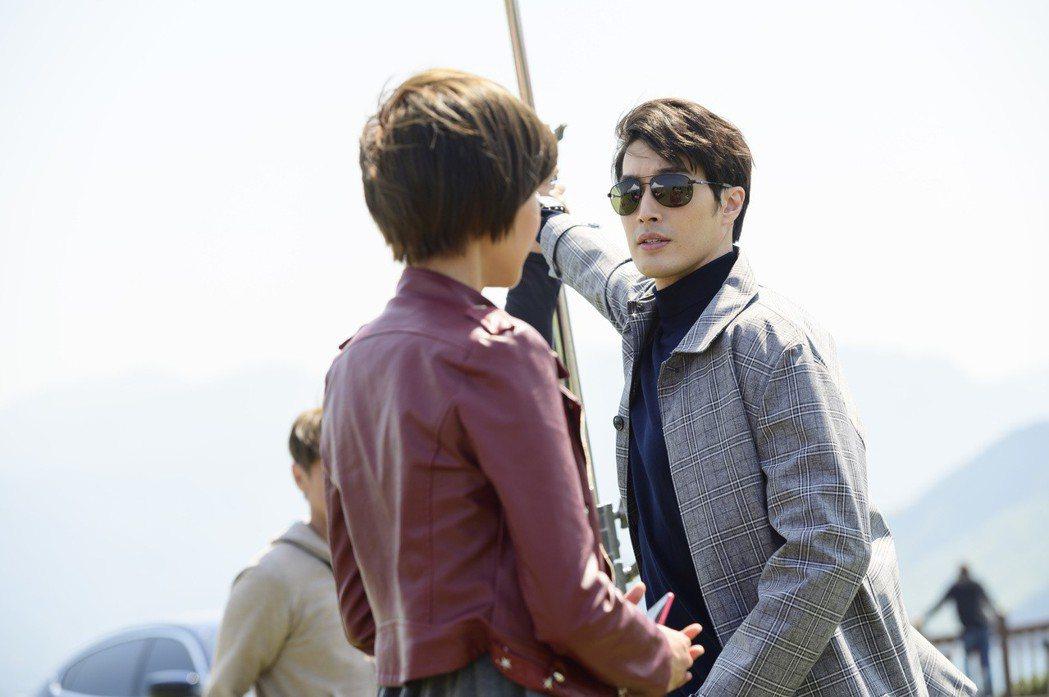 錦榮(右)與鄭亞有許多對手戲。圖/TVBS提供