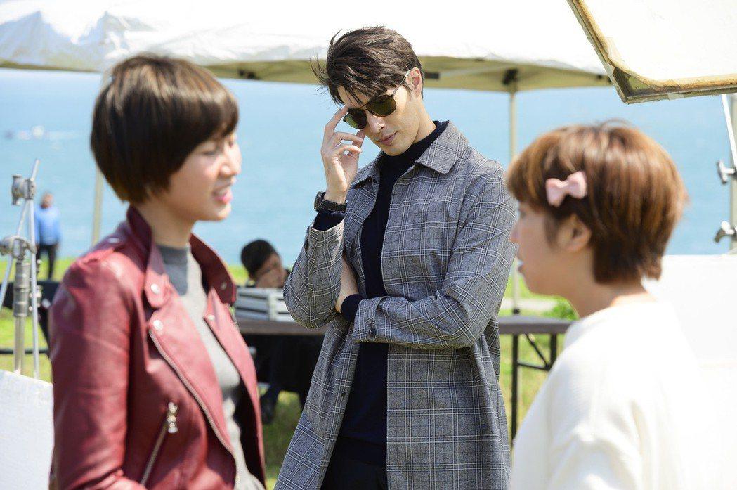 錦榮(中)客串「女力報到」,在劇中飾演大牌經紀人。圖/TVBS提供