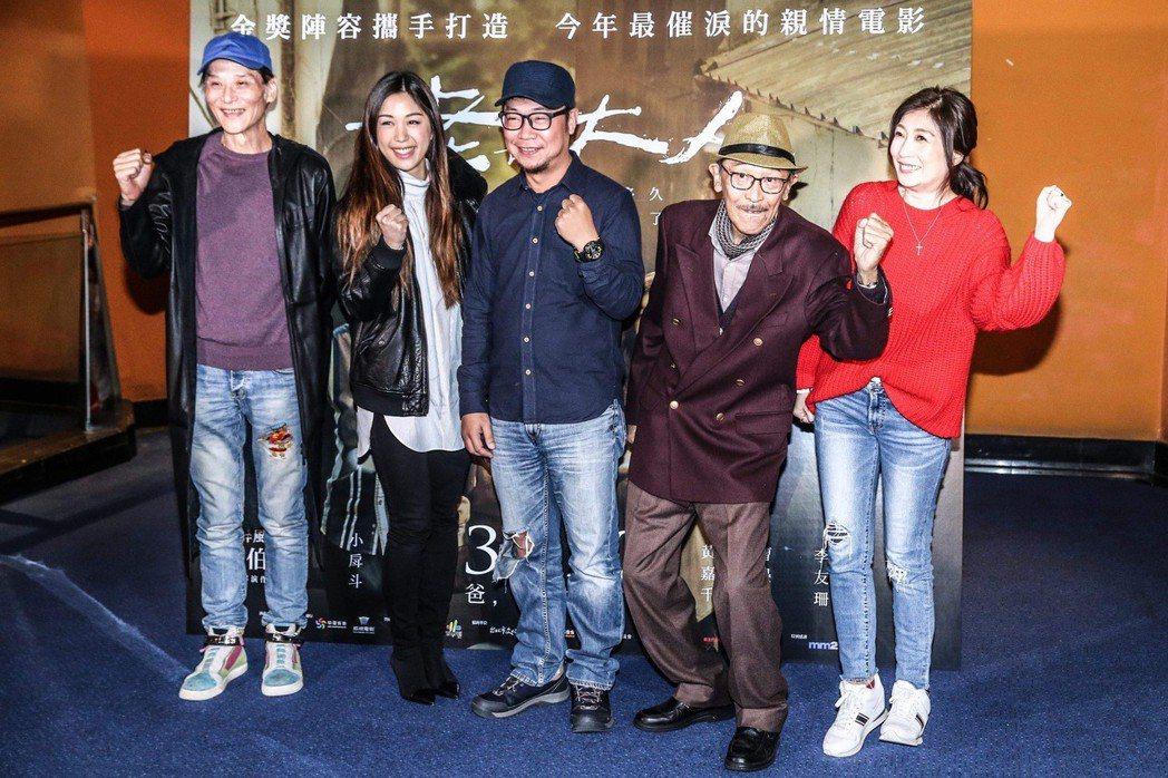 導演洪伯豪(中)表示,老大人劇本恰巧是曾遇到的生命歷程,感觸深刻。 記者王騰毅/...