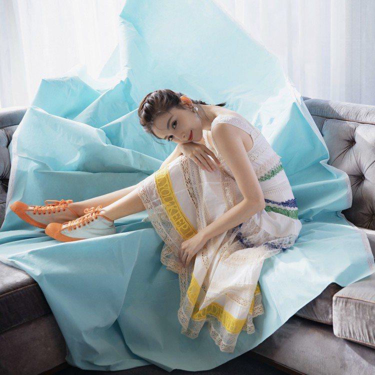 古力娜扎用一襲以藍、綠、黃、白調組合成的蕾絲洋裝展現飄逸浪漫質感,混搭橘色細節高...