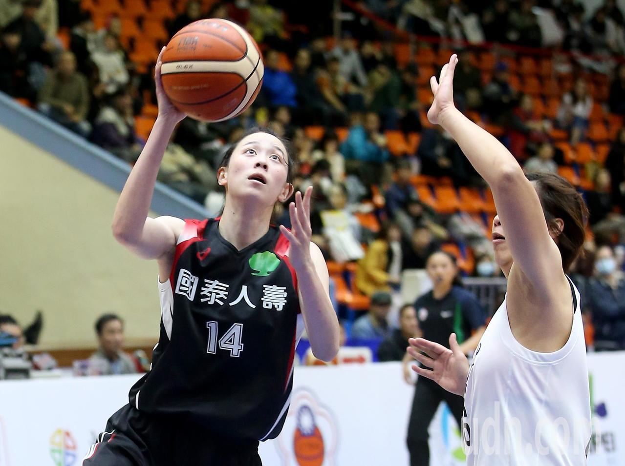 國泰黃鈴娟(左)得到全場最高的22分。記者余承翰/攝影