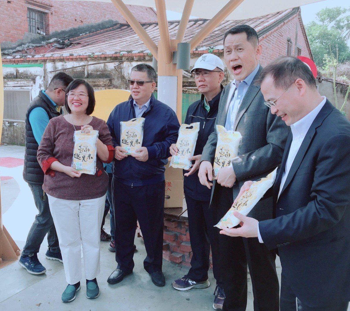 台南六甲區長蔡秀琴(左一)贈送頂新集團董事長魏應充(右三)和魏應行(左二)及集團...