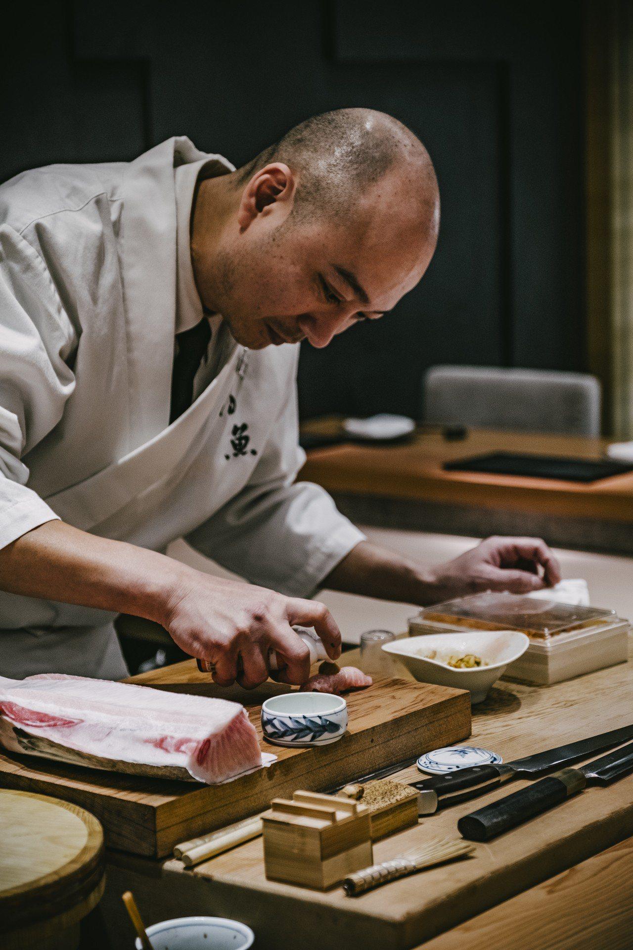 初魚料亭為無菜單板前料理,美味拍手建議,拍照時可以把職人的手作精神拍攝進去,會呈...