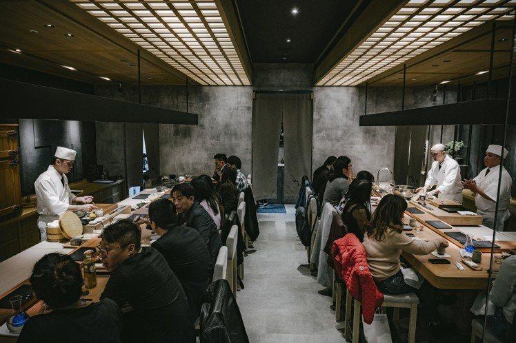 初魚料亭信義店的用餐氛圍。攝影/美味拍手