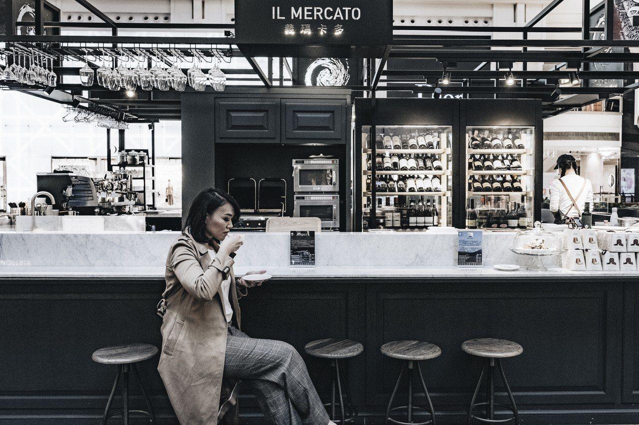 IL MERCATO義瑪卡多台北101餐酒咖啡館,穿著黑白或簡約色系服飾能與黑白...
