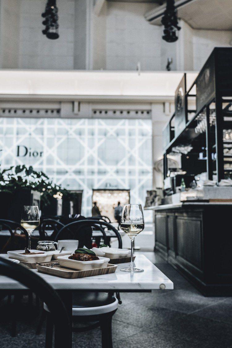 IL MERCATO義瑪卡多台北101餐酒咖啡館空間一角。攝影/美味拍手