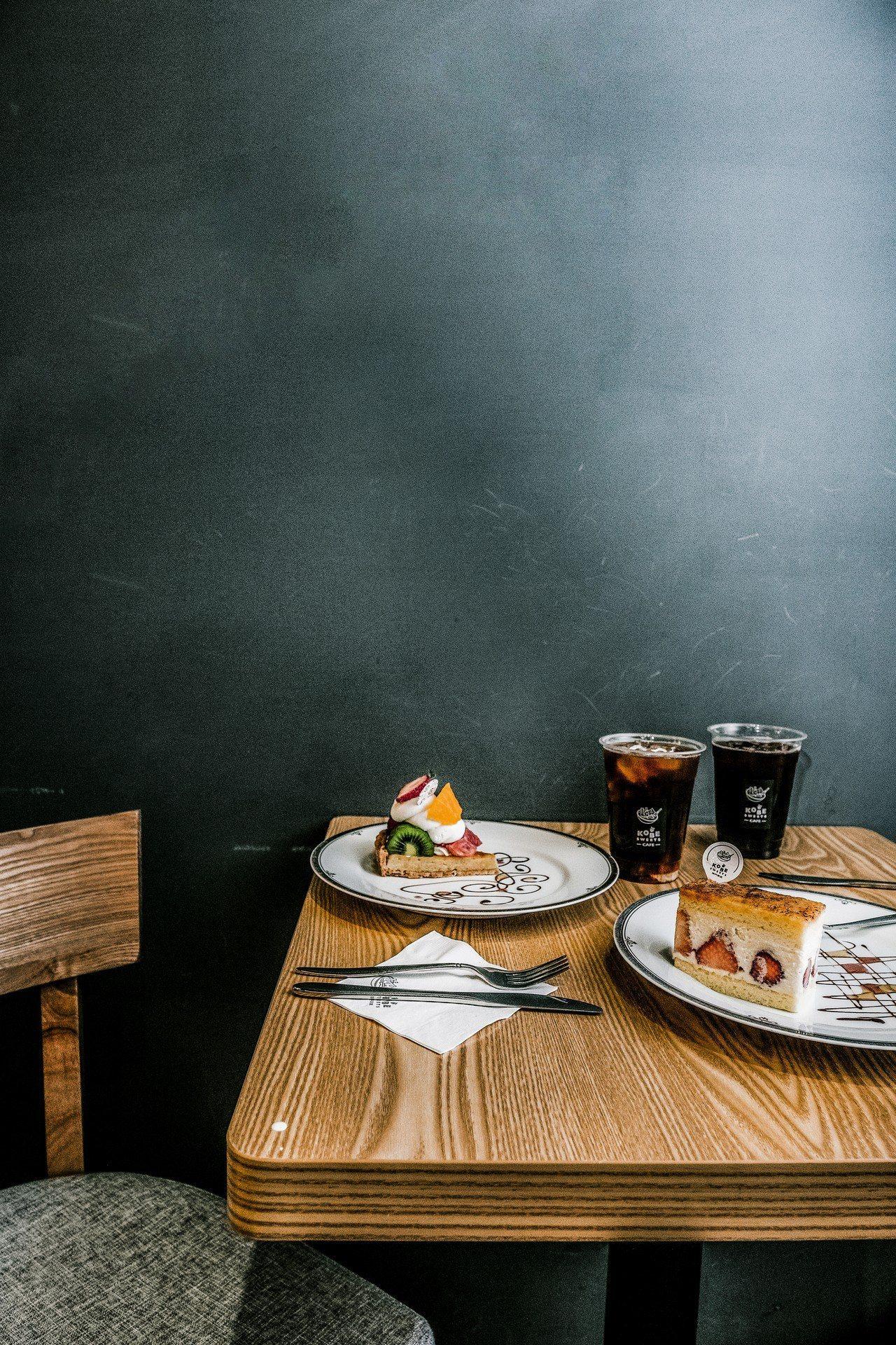 KOBE SWEETS CAFE的綜合水果塔與神戶卡士達奶油蛋糕,灰牆更可凸顯水...