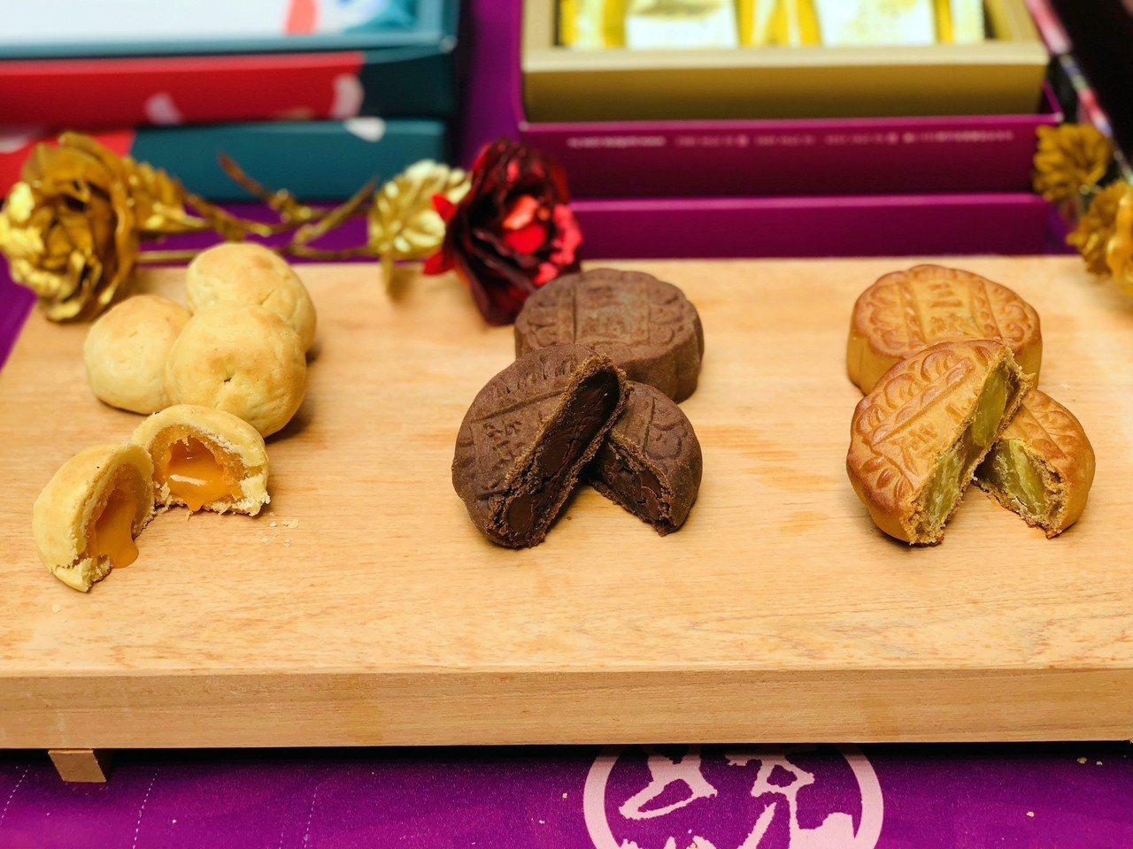 三統漢菓子參賽作品有流心鳳凰酥(左起),巧克力、焦糖栗子月餅。記者張芳瑜/攝影