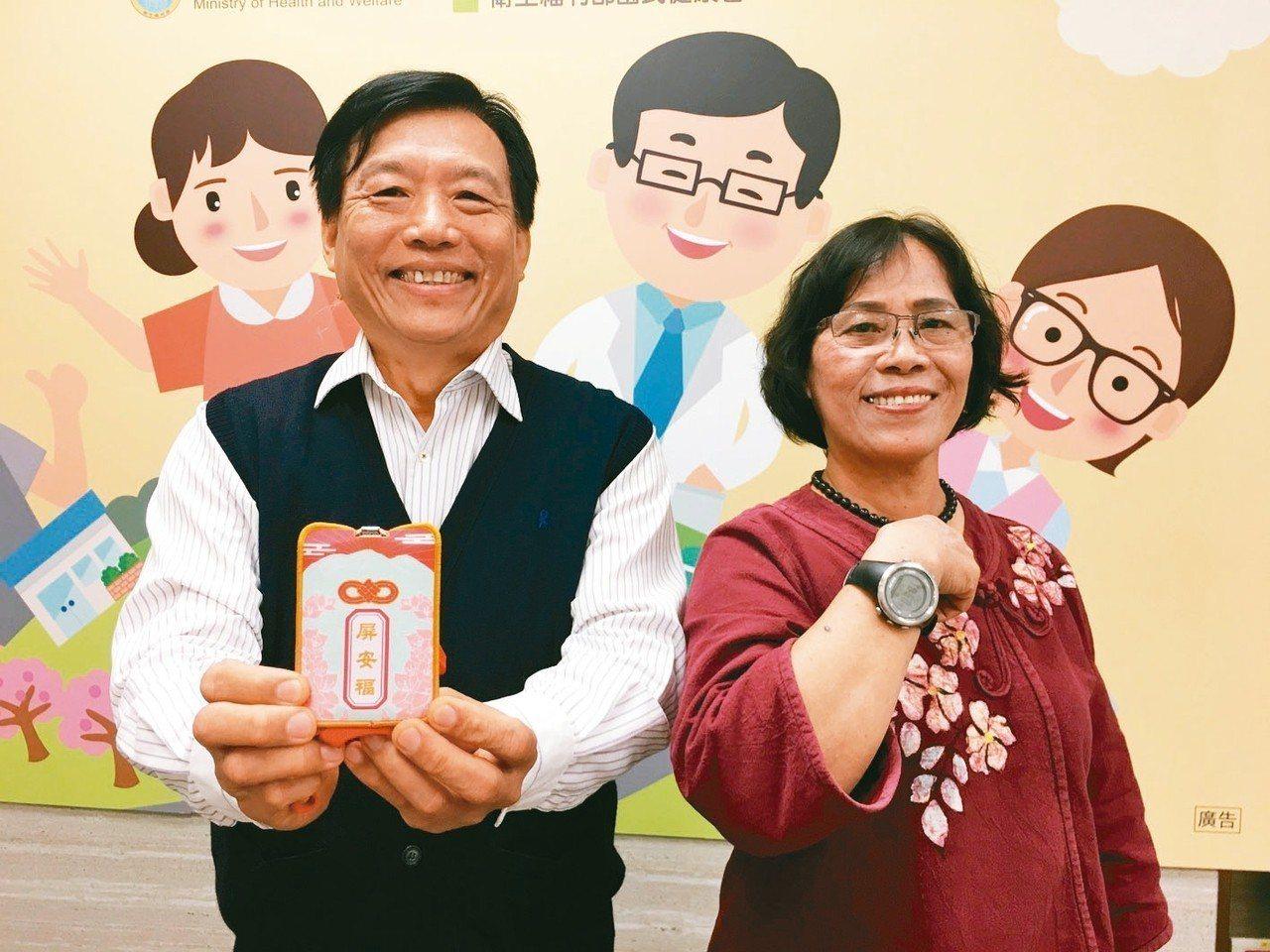 雜貨店老闆陳宥銘(左)和志工張秋貞(右)是屏東縣竹田鄉的失智友善天使,他們手拿有...
