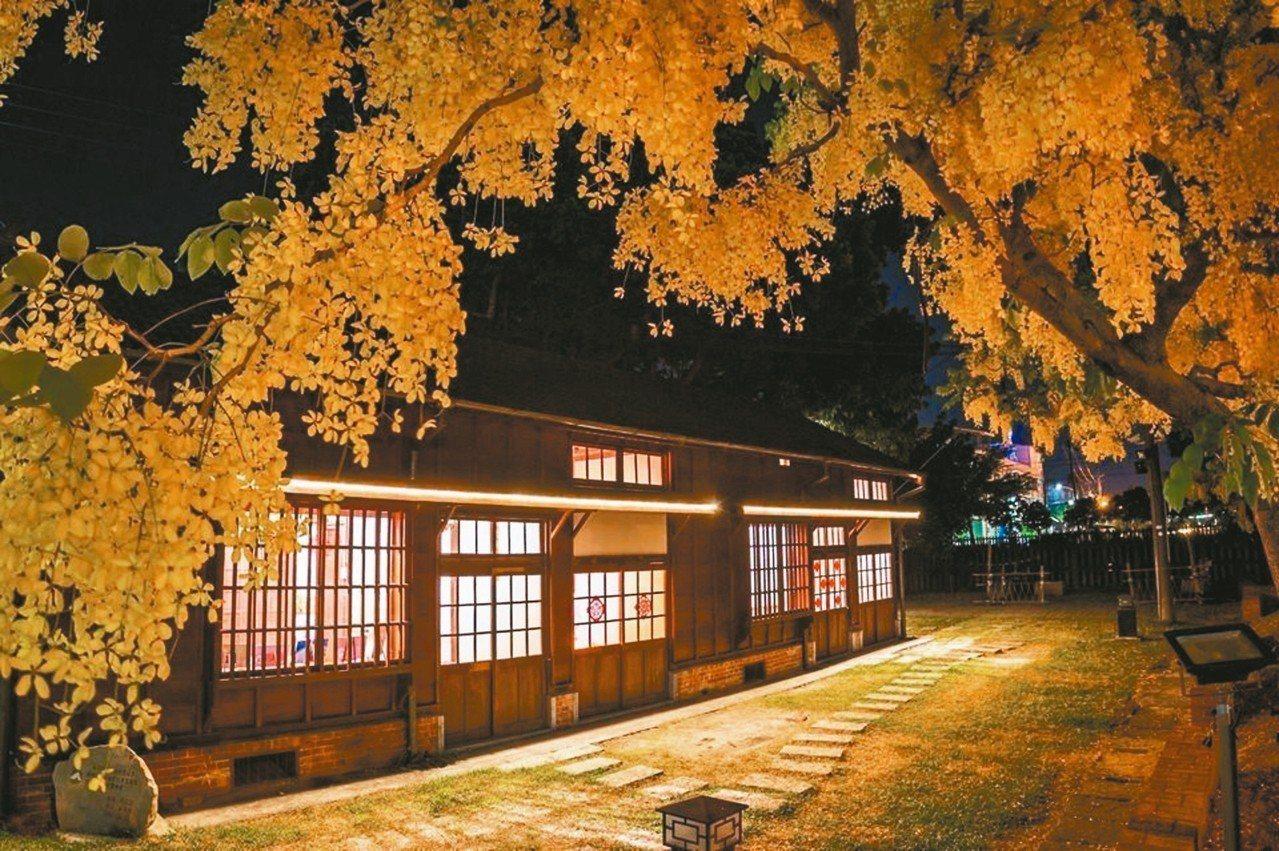 大林鎮火車站舊站長宿舍的阿勃勒盛開,搭配古典木造平房,拍起來別有風味。 圖/林約...