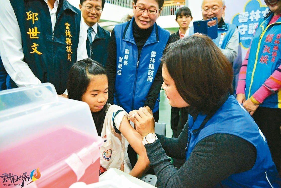 雲林縣長張麗善(右)前天為政策宣導幫學生施打疫苗,引起爭議,她為此道歉,並坦然接...