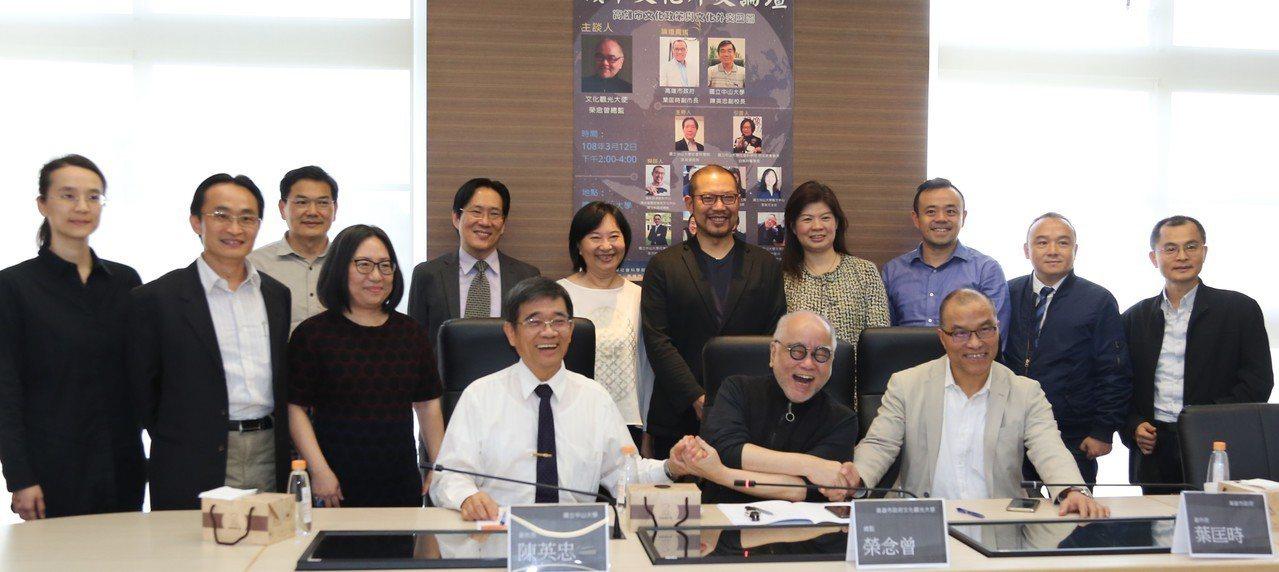 香港知名藝術家榮念曾(前中)在中山大學「城市文化外交論壇」對高雄發展文化觀光提供...