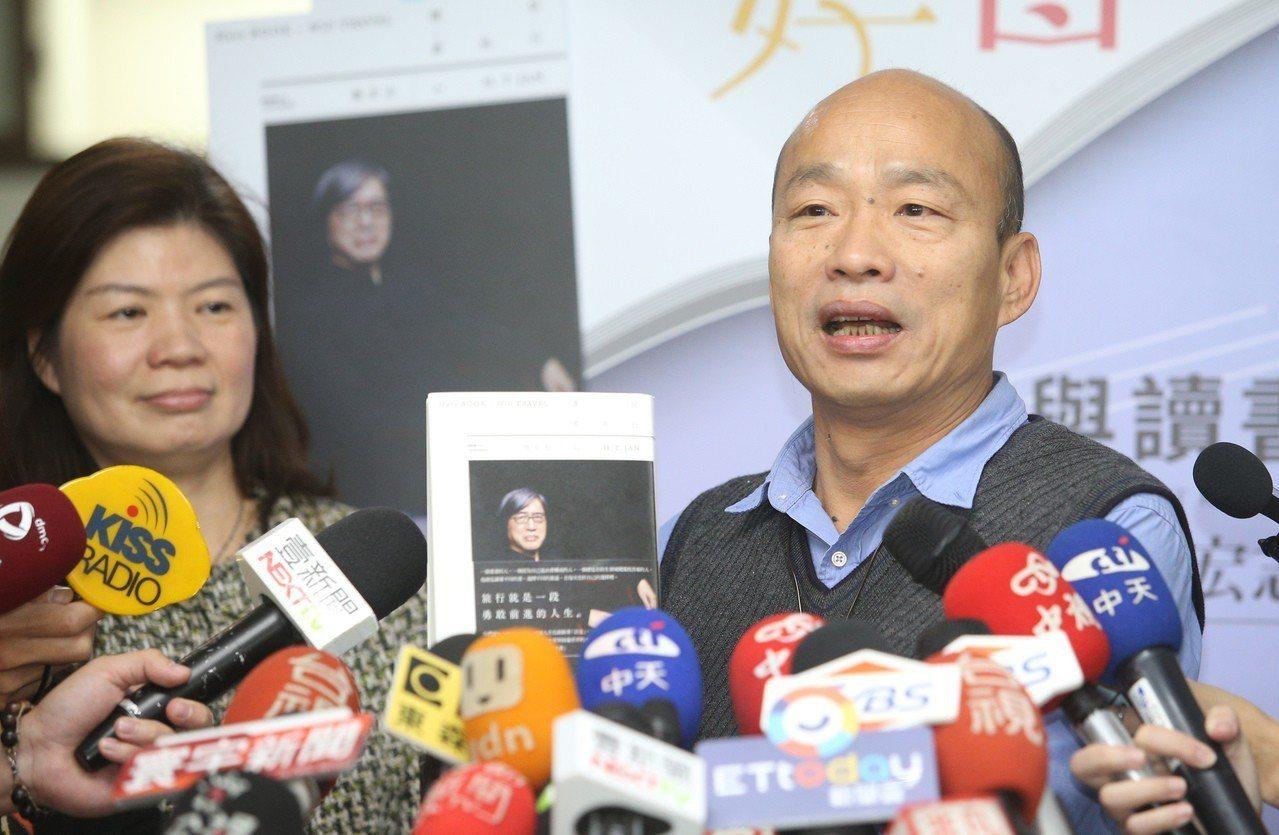 高市府今年2月起推出「每月好書」活動,由市長韓國瑜(右)每月推薦一本書,鼓勵市民...