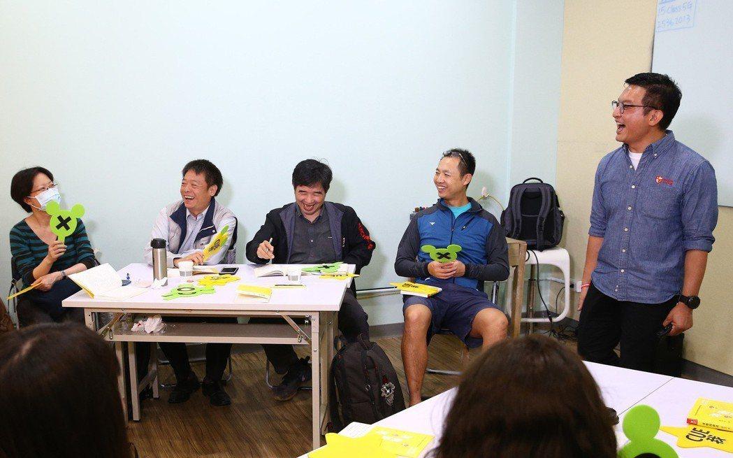 「書粉聯盟」創辦人林揚程(右一)在其成立的「大書」讀書會中,透過道具進行動態辯論...