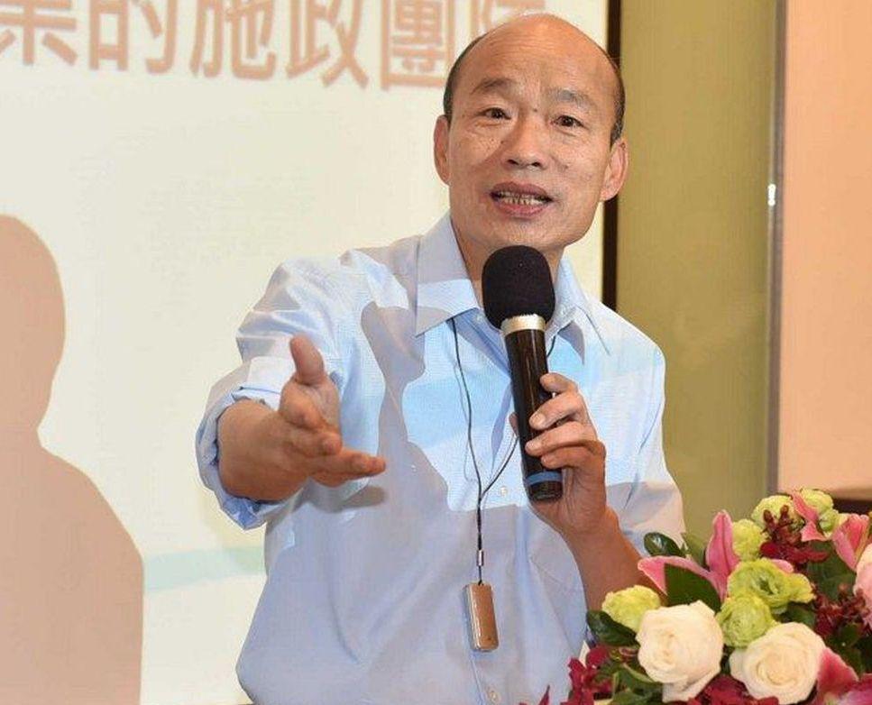 高雄市長韓國瑜身上戴的小型空氣清淨器,是女兒韓冰送的「定情之物」。 圖/高雄市政...