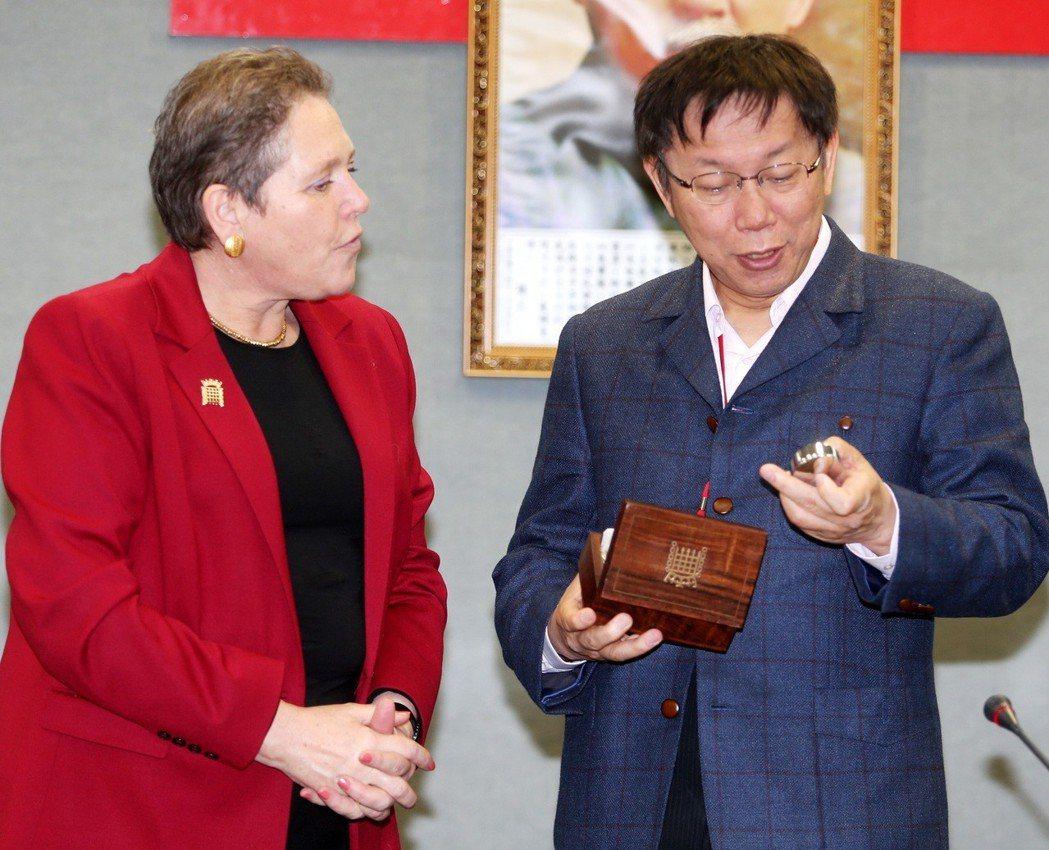 2015年台北市長柯文哲(右)接待來訪的英國交通部長克拉瑪,對方贈送英國上議院懷...