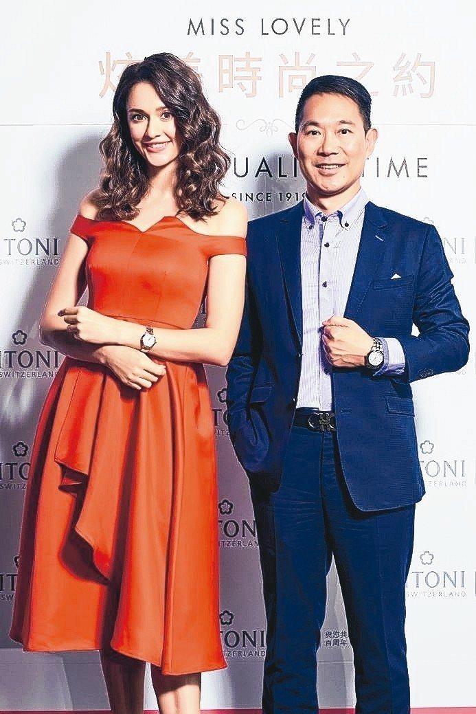 瑞莎(左)與瑞德利總經理顏廷鵬分享梅花表的真摯時刻。 瑞德利國際/提供