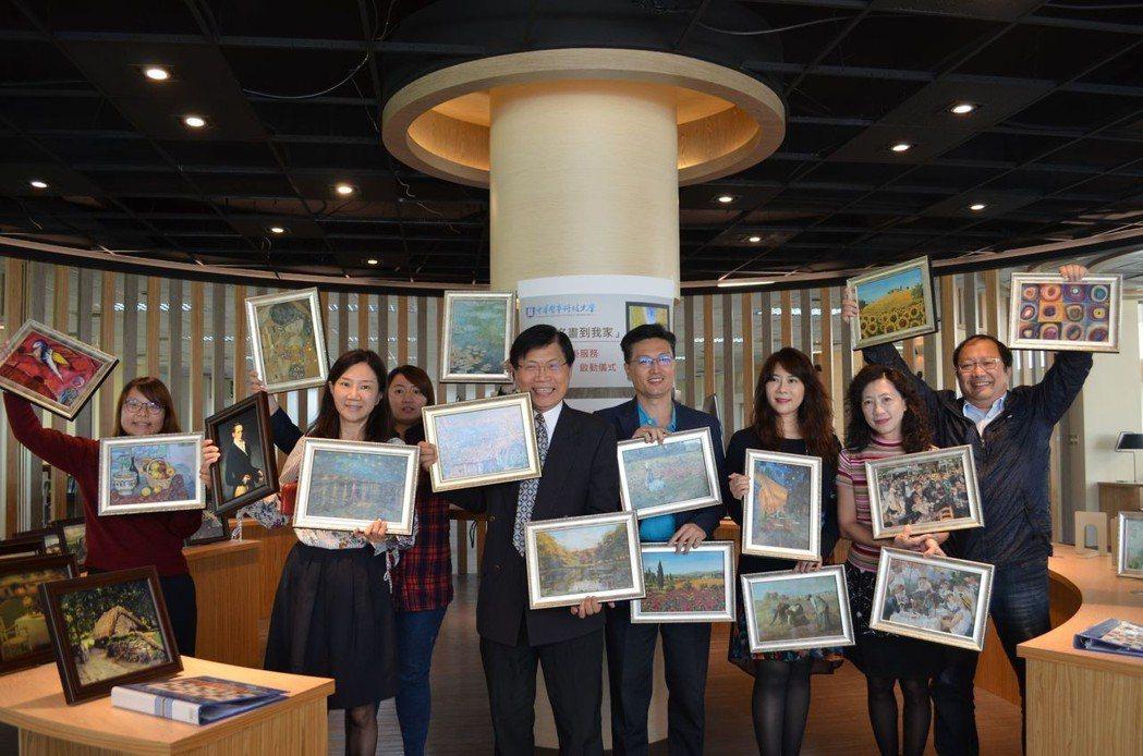 中華醫事科大的師生可到圖書館挑選世界名畫像借書一樣帶回家欣賞、美化居家。  陳慧...