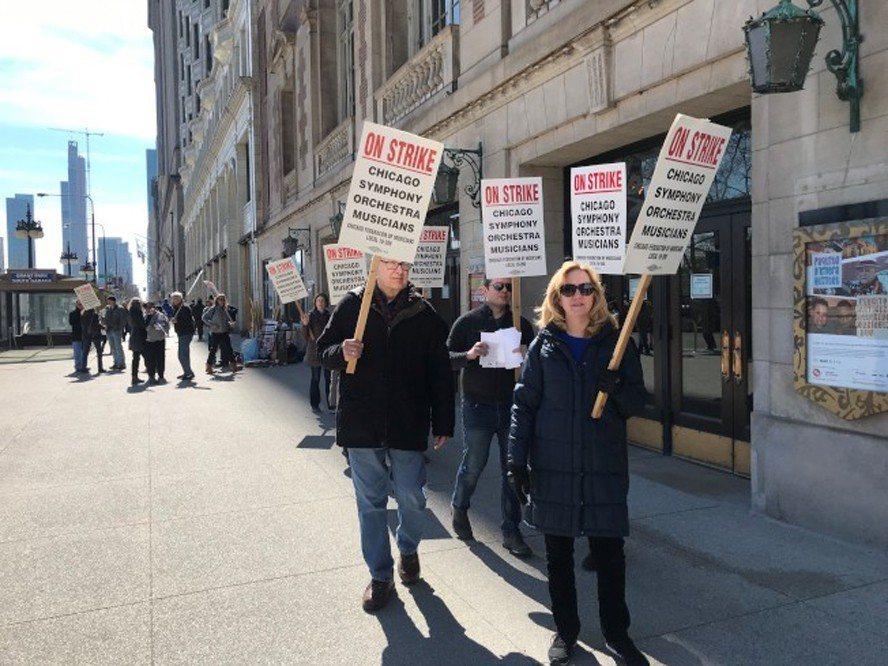 芝加哥交響樂團音樂家12日繼續在交響樂廳前抗議。(特派員黃惠玲/攝影)
