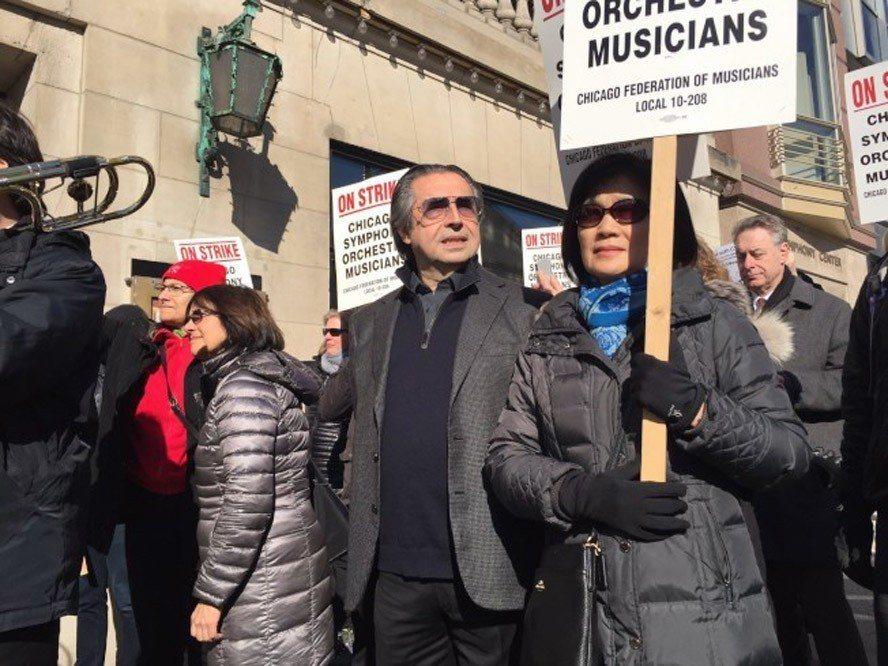 世界級指揮大師、芝加哥交響樂團指揮慕提(中)12日加入樂團音樂家罷工遊行。(Ed...
