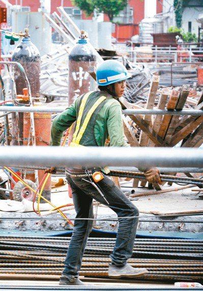 經濟部提出試辦製造業外勞外展,供急單缺工廠商之用。 圖/聯合報系資料照片