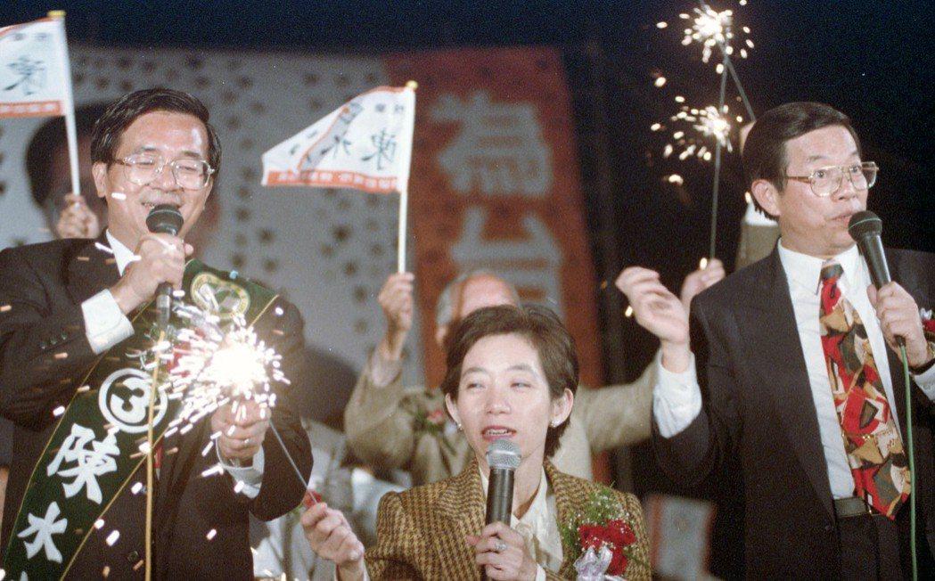1994年陳水扁(左)參選台北市長一役,吸引龐大的支持者自發性投入,「扁迷」現象...