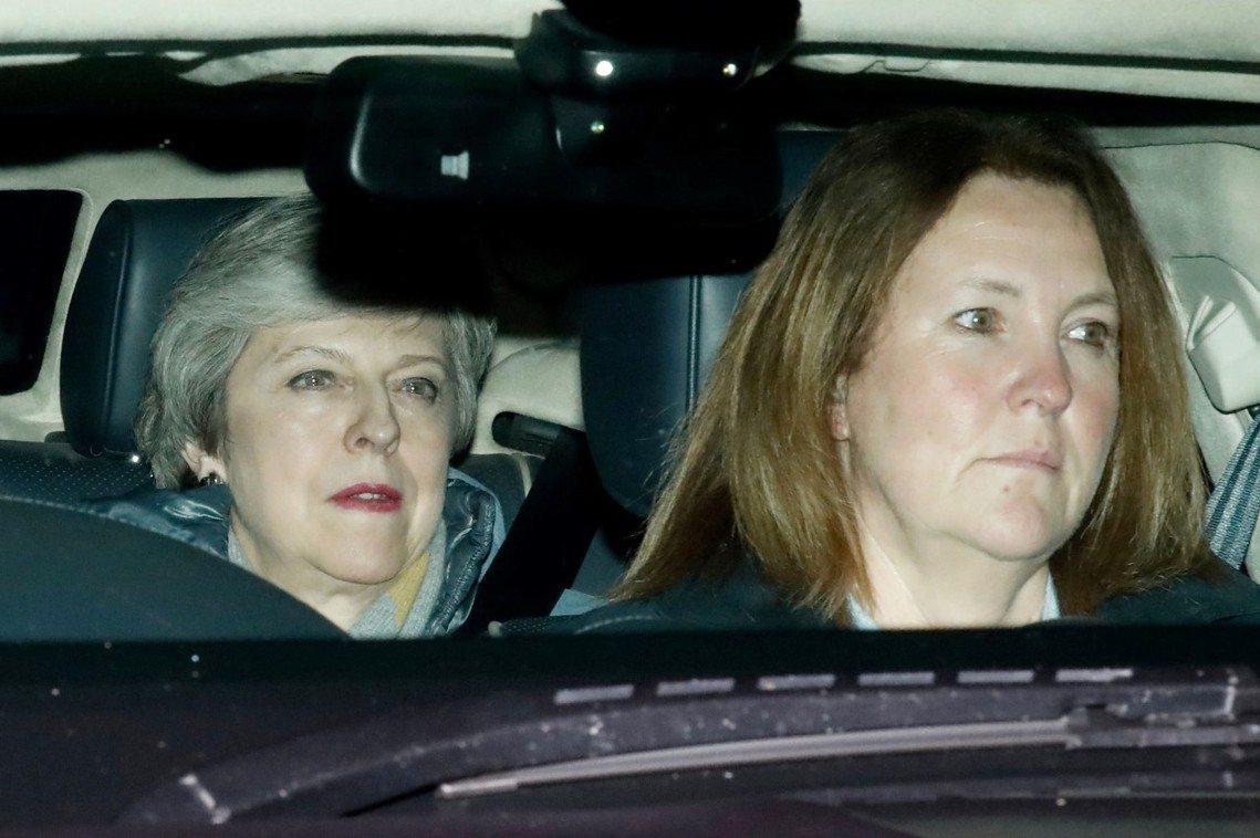 表決慘輸後,離開國會的梅伊一臉疲倦。 圖/法新社