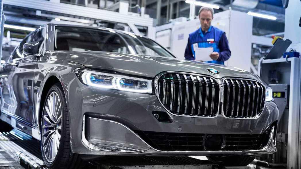 BMW 7 Series LCI的雙腎形水箱護罩變得相當大。 摘自BMW