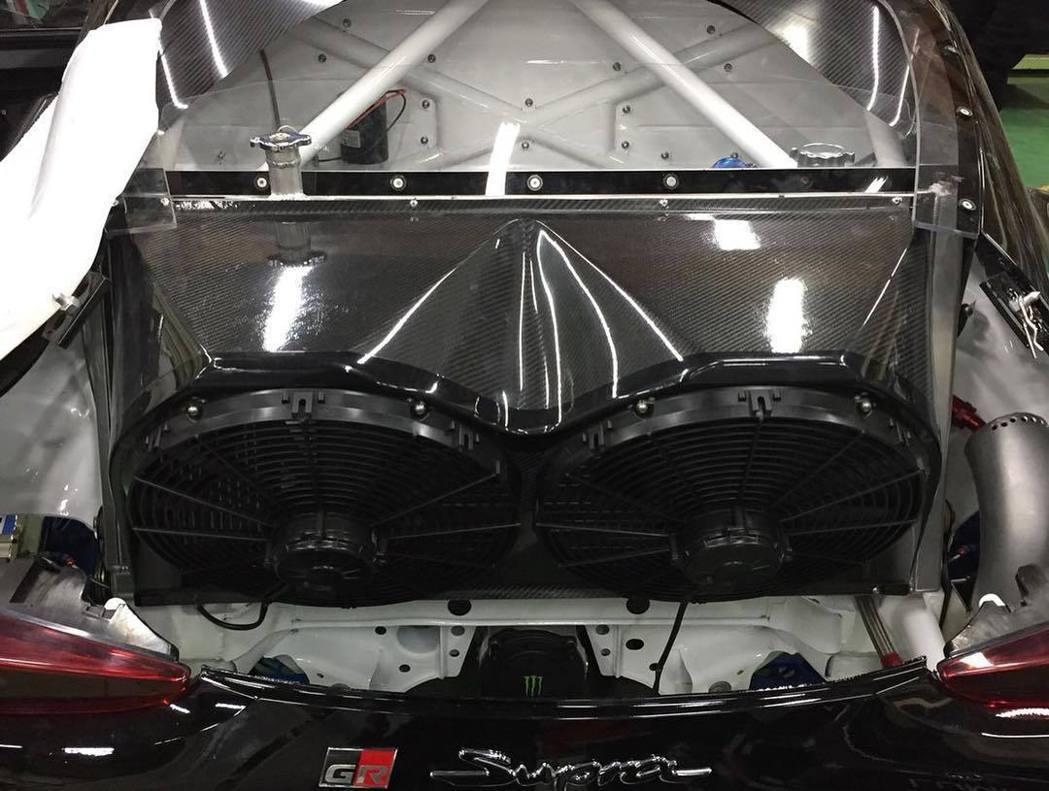 在Supra車尾裝配上兩個超大冷卻風扇。 摘自FB:Daigo Saito 斎藤...