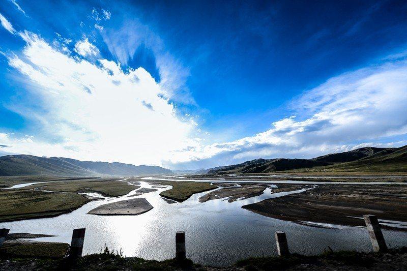 由於地球暖化使得冰川溶解,青藏高原的湖泊面積增加中。圖為三江源達日河。 圖/新華...
