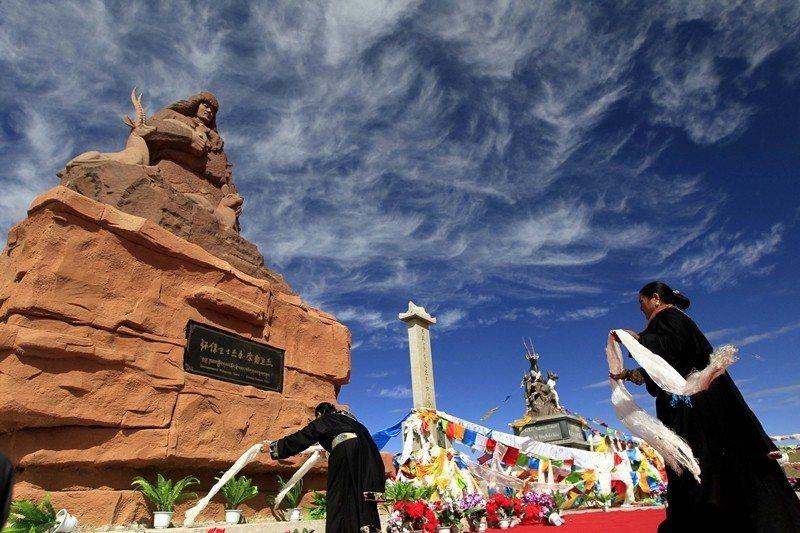 2013年,索南達杰紀念雕像在海拔4767米的昆侖山口落成。 圖/中新社