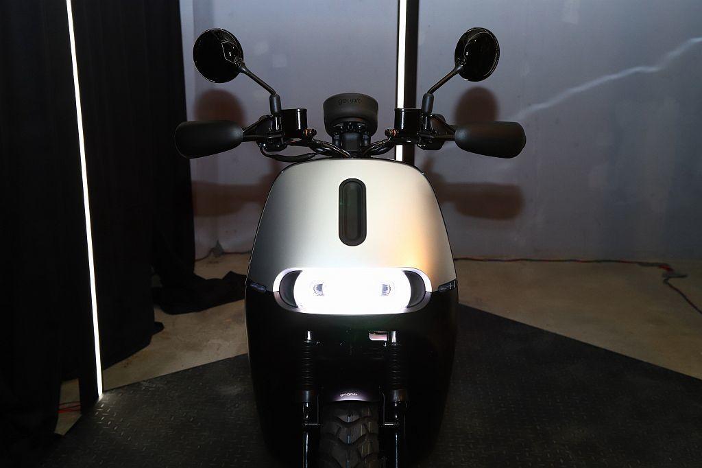 Gogoro 2 Rumbler提供閃霧銀和霧面黑雙色特殊塗裝,漆面可隨著光線和...