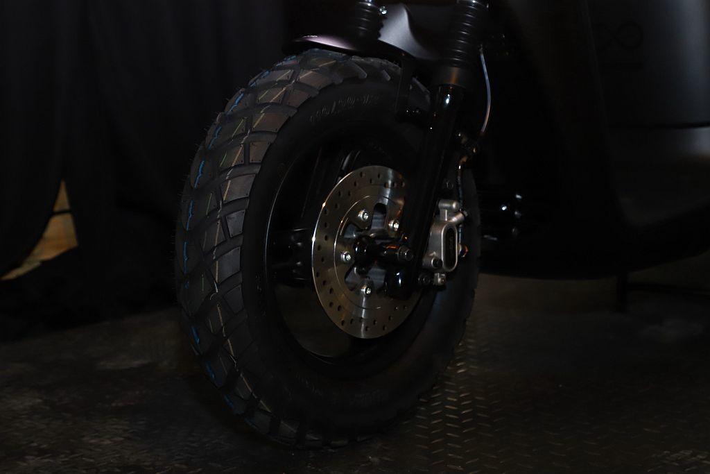 換裝12吋的多功能性能胎搭載SBS同步煞車系統,以及金屬煞車油管,精準傳達每分煞...