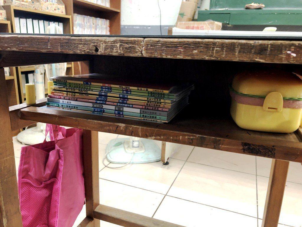 許多偏鄉孩子抽屜裡、書桌上,有的就是課本。圖/Teach For Taiwan提...