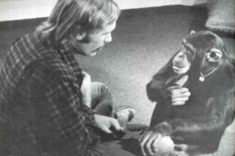 正與傅茨博士學習美式手語的露西。 圖/Lucy