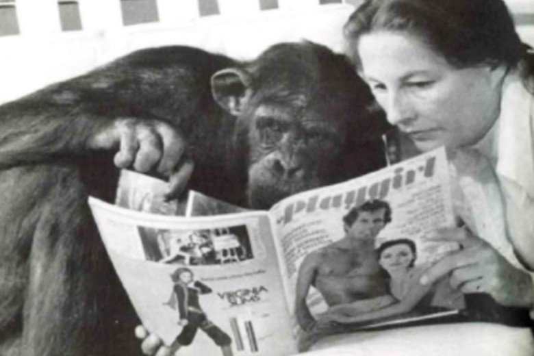 露西與人類養母一起看《花花女郎》雜誌,表現對成熟男性的興趣。 圖/Lucy