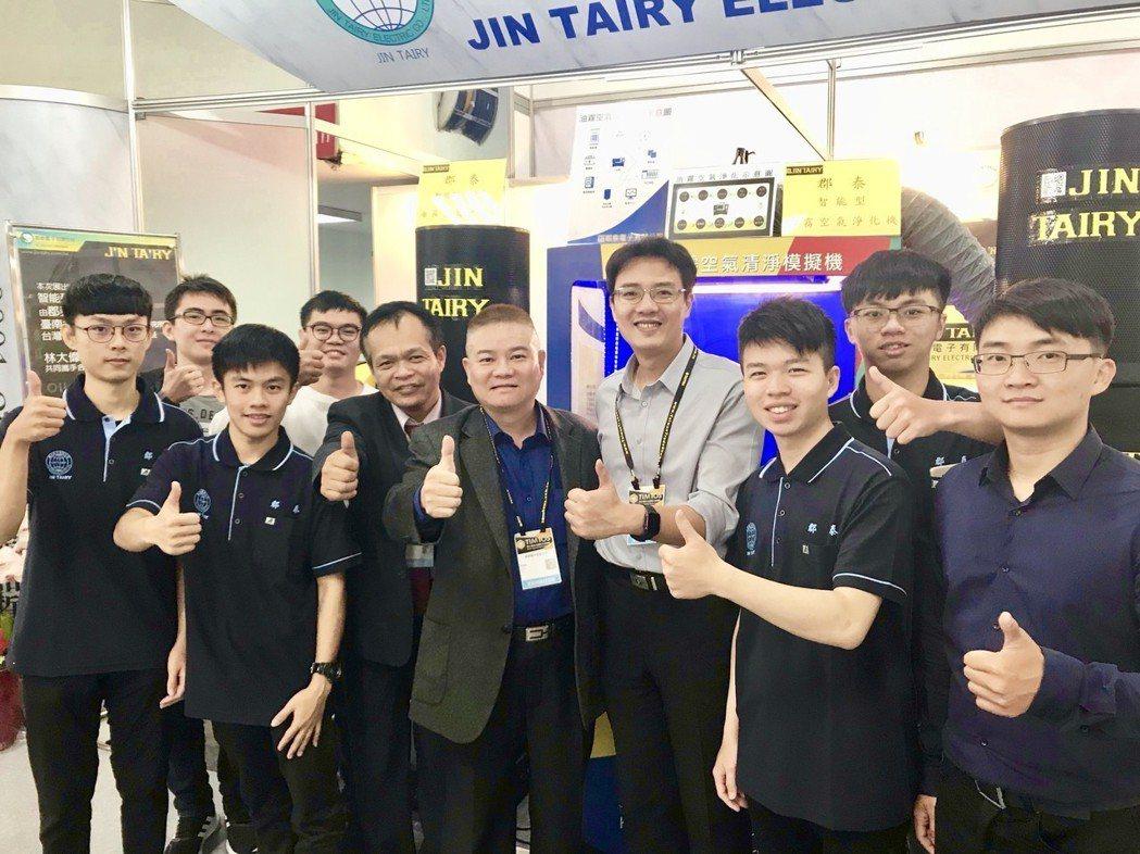 郡泰電子總經理薛道隆(前排左四)與南台科大電機工程杜翌群博士(左五)研發團隊,在...