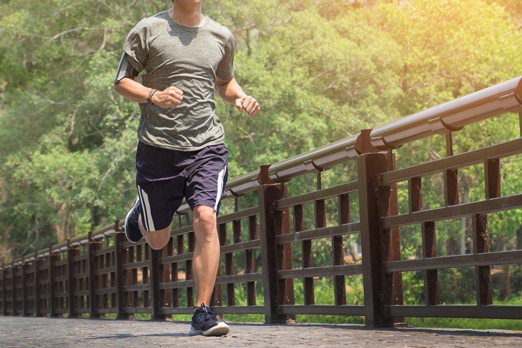 間歇訓練是指在短暫時間內劇烈運動搭配休息的運動方式,包括跑步、游泳、騎單車等有氧...