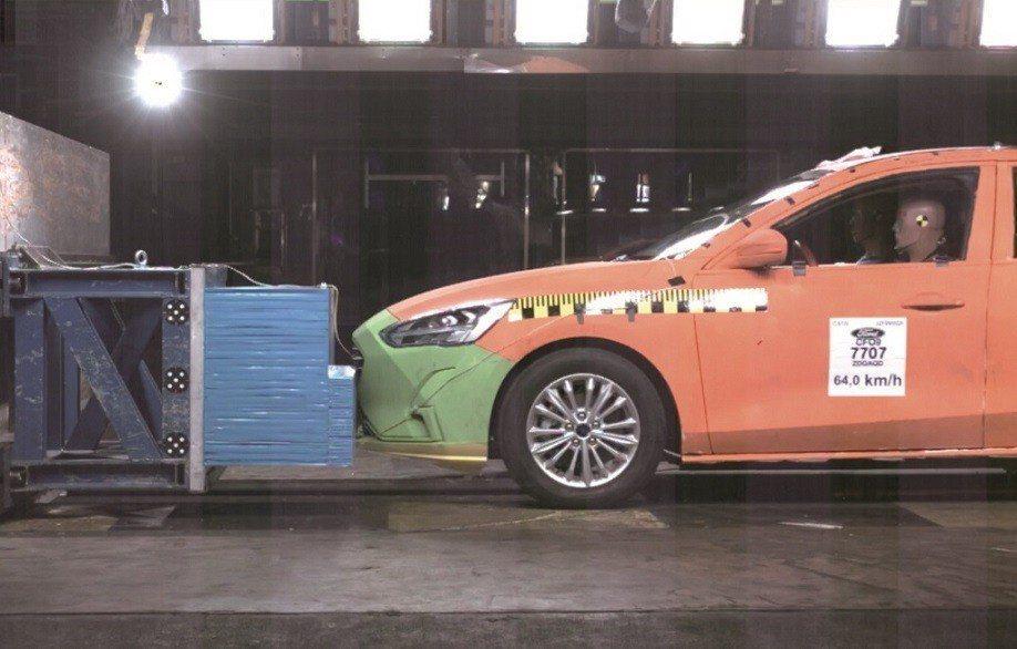 國產Ford Focus被送往德國TÜV萊茵實驗室進行撞擊測試,並得到與歐規車型...