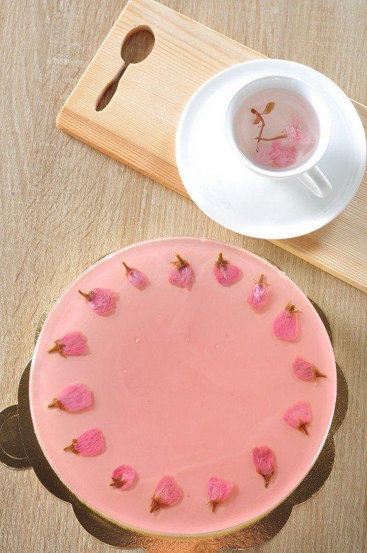 櫻花生乳酪蛋糕。