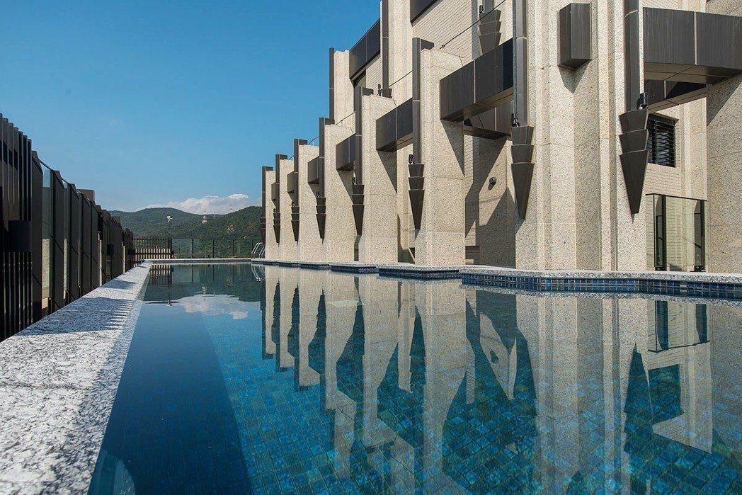 「双湖滙」是29層樓高的SRC建築,公設部份也相當豐富,具有空中泳池等設備。 業...