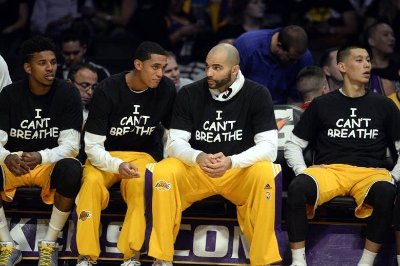 林書豪(右)過去在湖人時期是他NBA生涯最糟的一段過去,恐怕是再也不想穿上紫金球...