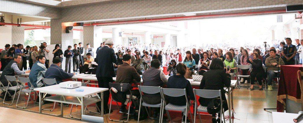 市府捷運局舉辦公聽會,關心輕軌二階的民眾踴躍參與。